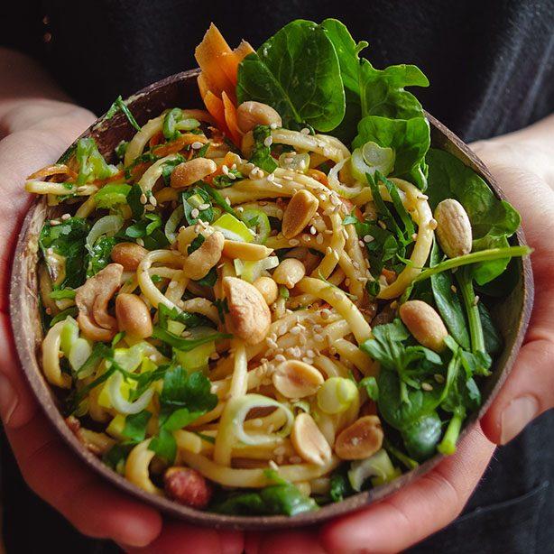 Udon-Nudeln mit Erdnuss-Limetten-Sauce und knackigem Gemüse