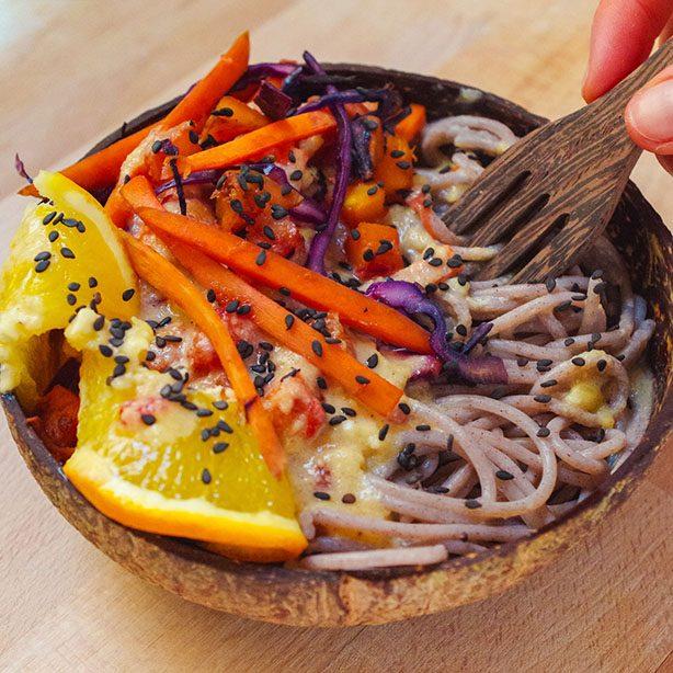 Asiatische Nudeln mit Orangen-Erdnuss-Sauce und Wintergemüse