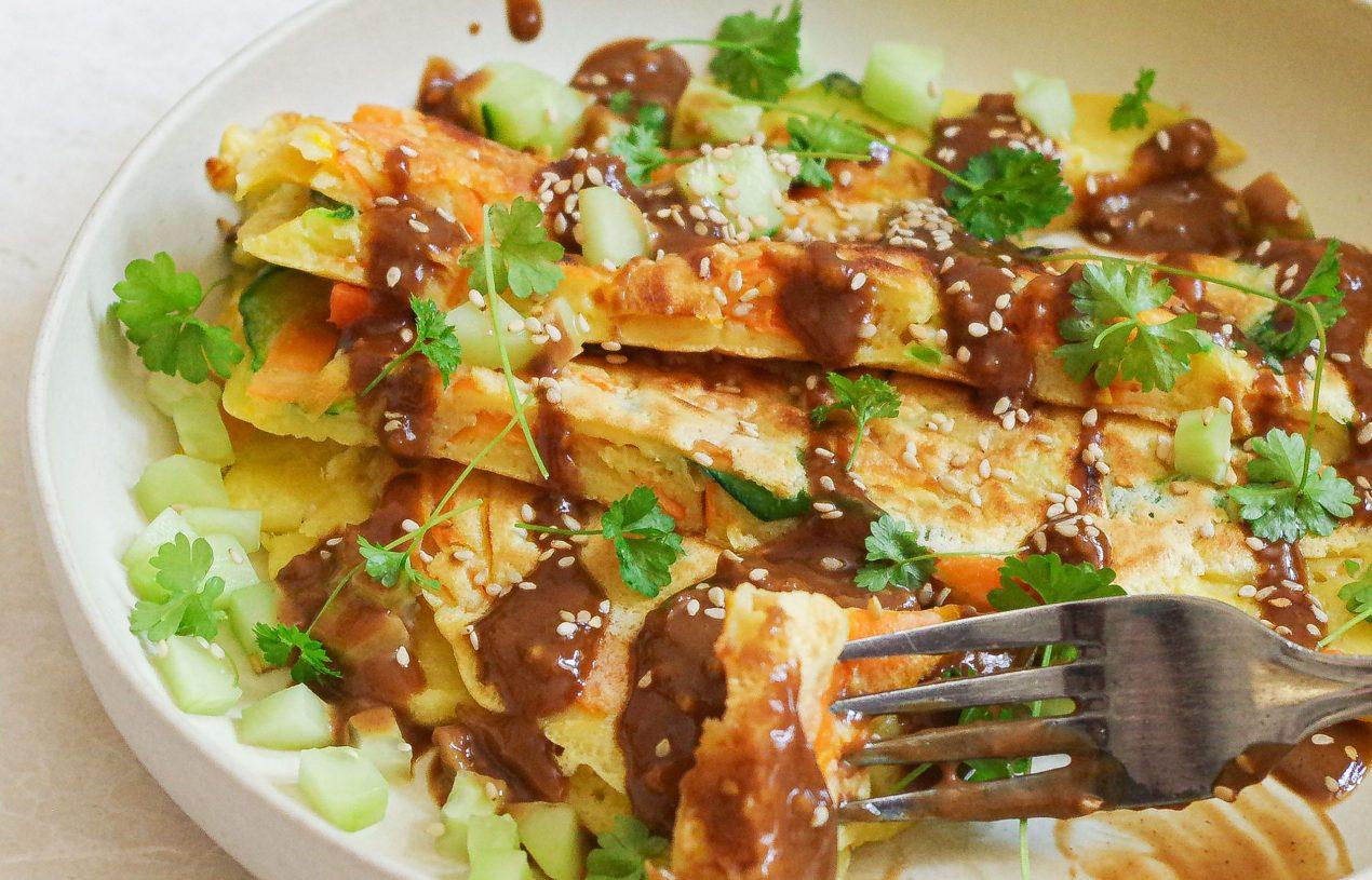 Knuspriger Gemüse-Pancake mit Soja-Erdnuss-Sauce