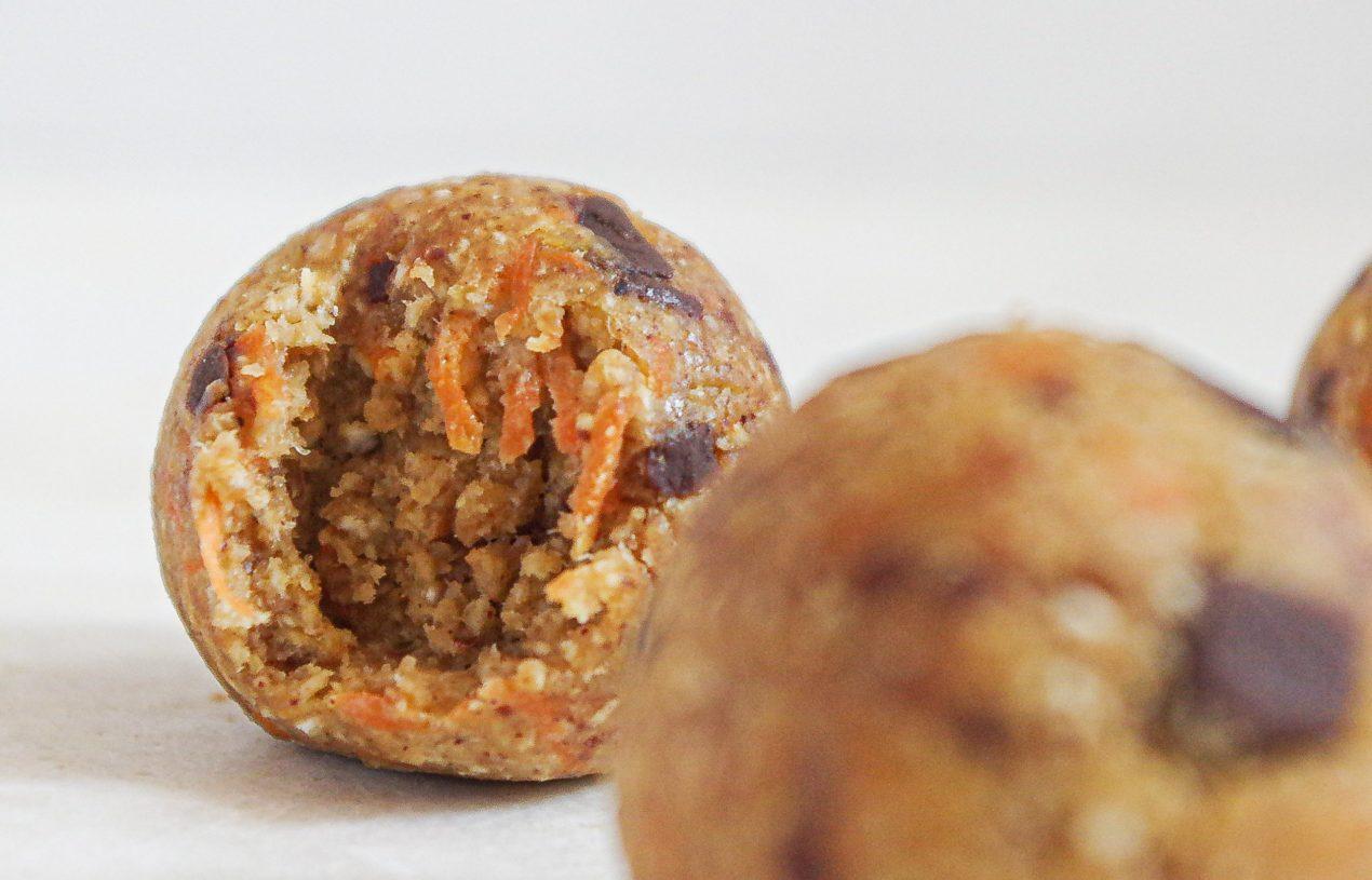 Carrot Cake Blissballs mit Schokostückchen